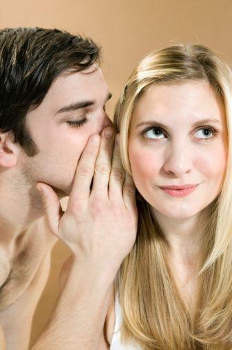 Onlar da dedikodu yapıyor!  Daima ketumluklarıyla övündükleri ve karşı cinsi açıkağızlılıkla suçladıkları halde aslında erkekler de en az kadınlar kadar dedikoducular. Aramızdaki tek fark, onların bu dedikoduculuklarını büyük bir ustalıkla gizlemeleri...